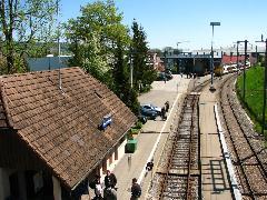 Bussnang vasútállomása, háttérben a gyárcsarnok egy része , Stadler gyár, Bussnang (forrás: Kozalik Attila)