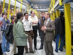 A Stadler munkatársa csoportunknak magyaráz, Stadler gyár, Bussnang (forrás: Hajtó Bálint)