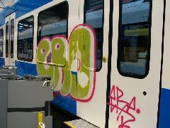 Nem vandálok törtek be a gyárba, hanem szándékosan tesztelik a készülő vonatok burkolatát, hogy arról könnyen lemosható legyen a nem kívánt festék. , Stadler gyár, Bussnang (forrás: Kozalik Attila)