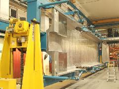 FLIRT alváza, kimerevített állapotban. A hozzánk közelebbi végén figyelhető meg a beépített hajlított elem., Stadler gyár, Bussnang (forrás: Kovalcsik Tamás)