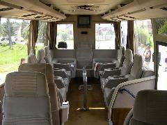 A busz utastere, felszerelve a 80-as évek minden kényelmi berendezésével.