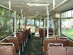 A 260-as troli korhűen felújított utastere: fehér kapaszkodó, műbőr ülés, pöttyös padló, 1/3-os ablakok,