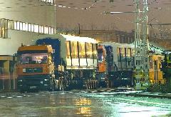 A trélerek a lepakoláshoz várakoznak a BKV VJSZ telephelyén. Hasonló trélerből nincs sok, ezért ez a kettő sokat fog fordulni a lengyelországi gyár és Budapest között., Fehér út, Budapest (forrás: Hajtó Bálint)