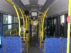A csuklós busz beltere néhány apróságon kívül sok újdonságot nem tartalmaz, ez a típus számtalan változatban, több száz példányban rója útjainkat. Az utastájékoztató rendszer azonos a DKV villamosain és trolijain telepítetthez. A kijelző a térképen folyamatosan mutatja az autóbusz helyzetét. A csuklós kocsiba 3 db LCD kijelzőt építettek be., DKV telephely, Salétrom u. 3., Debrecen (forrás: Óvári Péter)