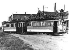 A 9605-9606 psz. csuklós villamos (beceneve: Adél) az Üllői útra kanyarodik a Hoffherr Albert utcából. (forrás: A 100 éves budapesti villamosvasút története)