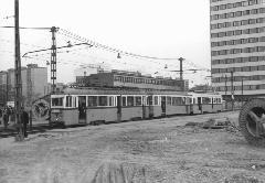 Egy Pestszentlőrinc felé igyekvő 50-es villamos az Ecseri útnál. Ekkor már zajlott a metróépítés, így a villamosok ideiglenes vágányokon haladtak. (forrás: VEKE)