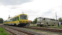 A VEKE által biztosított Ikarus és a GYSEV-motorvonat együttállása. (forrás: Hajtó Bálint)