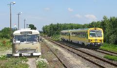 A különvonat az állomás III. vágányára járt be, miközben a nosztalgiabusz... (forrás: Hajtó Bálint)