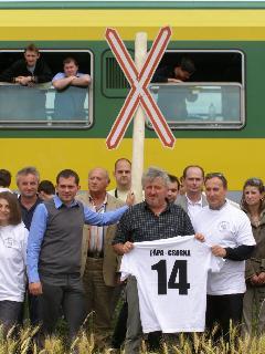 Az érintett települések polgármesterei a vasút átvágása elleni tiltakozást kifejező andráskeresztnél (forrás: Feld István Márton)