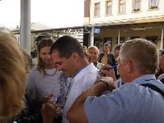 Gyopáros Alpár csornai alpolgármester a Pápa-Csorna feliratú mezét dedikáltatja a demonstrálókkal