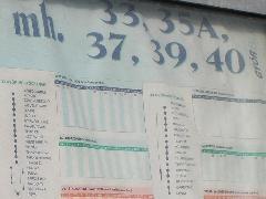 Az új hálózat stabilizálását követően cserélni kell a város által készíttetett utas(félre)tájékoztató plakátokat: a Nádorvárosi temetőnél majdnem 10 évvel ezelőtti menetrendi adatok olvashatók!, Győr (forrás: VEKE)