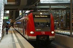 Stuttgartból és Münchenből érkezett 423-asok pótolnak az S21-es vonalon (ezek a járművek Stuttgartban is S-Bahn-vonalakon járnak, azonban a berlini S-Bahntól eltérő áramelláttással)., Berlin (forrás: Carsten Templin)