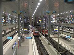 Az új berlini pályaudvar a július 20-ai S-Bahn leállítás és az augusztus 8-ai U55 indulás között U- vagy S-Bahnnal nem megközelíthető. Ugyanakkor a nagyvasúti kocsik megerősítve járnak és pótlóbusz is közlekedik., Hauptbahnhof, Berlin (forrás: Sparing Dániel)