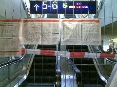 Lezárt S-Bahn-megálló tájékoztató táblákkal, Berlin (forrás: flickr.com/bloggingdagger (CC))