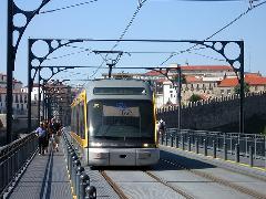 Az Eurotram a Flexity Outlook villamosok jellegzetes formájú verziója, mely Strasbourgban közlekedik és a képen Portóban, Portó, Portugália (forrás: Sparing Dániel)