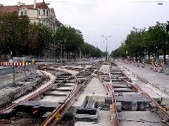 A müncheni Leopoldstraße és Parzivalstraße kereszteződésében fektetik le a 23-as villamos egy kereszteződését. 1972-ben szűnt meg itt a villamosközlekedés., München (forrás: flickr.com/isarsteve)