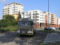 Különleges beállítás: a múlt autóbusza a jövő épülő lakótelepén, Sík Sándor utca, Győr (forrás: VEKE)