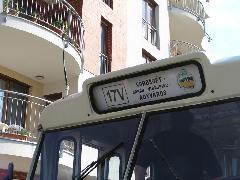 A 17V járat viszonylatjelző táblája, háttérben a Tulipán házzal, Sík Sándor utca, Győr (forrás: VEKE)