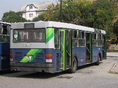Jellegzetes Ikarus 415-ös váztörés, a BPI-515 példáján illusztrálva. Lóg a hátulja, a törésről a hátsó ajtó fölötti meggyűrődött lemez árulkodik., Etele tér, Budapest (forrás: Müller Péter)