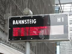 Szinte minden megállóban elektronikus kijelzők tájékoztatják az utazni vágyókat., Chemnitz (forrás: Müller Péter)