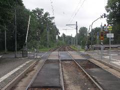 Sok helyen a városi villamosszakaszokon is sorompó védi a zárt vonalat., Chemnitz (forrás: Müller Péter)