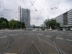 Árulkodik a jövő: a leendő Chemnitz-Röhrsdorf felé tartó villamosvonal előkészítése történt meg, jobbra Marx Károly szobra., Chemnitz (forrás: Müller Péter)