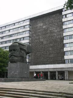 """Marx szobra és az egykor sokat hallott """"Világ proletárjai, egyesüljetek!"""" több nyelven. A szocializmus alatt a város neve is Karl-Marx-Stadt volt., Chemnitz (forrás: Müller Péter)"""