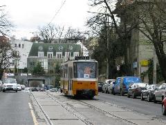 Szokatlan látvány a budapesti szemnek szóló, egyirányú villamoskocsi, a világ sok városában azonban teljesen megszokott., Böszörményi út, Budapest (forrás: Mihályfi Márton)