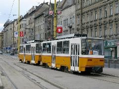 A hurkos hálózatokkal rendelkező Tátrás városokban - igen sok van belőlük - ez a természetes csatolási mód. Akár úgy is, hogy mindkettő, vagy csak a hátsó kocsin van fent a szedő., Krisztina körút, Déli pályaudvar, Budapest (forrás: Mihályfi Márton)