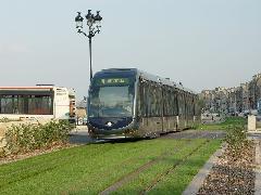Bordeaux villamosai egy (csak a villamos alatt bekapcsolt) harmadik sínről kapnak áramot esztétikai elvárások miatt - a 3+3 sín is jól elfér egy füves pályában., Bordeaux (forrás: Vitézy Dávid)