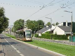 A kertvárosias környezet kétsávos főútjának közepén is füvesítették a villamospályát Orléans-ban. (forrás: Vitézy Dávid)