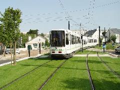 Nantes-ban a városkép javításának egyik fő eszköze volt a füves villamosszakaszok telepítése - látható, hogy csak a gyalogos- és útátjáróknál szakad meg a füvesítés. (forrás: Vitézy Dávid)
