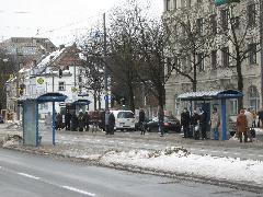 A villamos legnagyobb forgalmú megállója a Parzivalplatz, ahol a csatlakozó buszokra/ról is át lehet szállni., München (forrás: Feld István Márton)