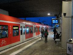 2 motorkocsiból álló S-Bahn vonat érkezik Hirschgarten megállóhelyre., München (forrás: Feld István Márton)