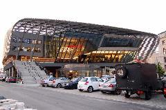 A müncheni Strammstrecke számos izgalmas kortárs épület áll, például a közelmúltban átadott ZOB, vagyis a központi autóbuszpályaudvar, ahonnan a távolsági járatok indulnak. Ezt egészen véletlenül sikerült a vasúti főpályaudvar mellé helyezni, nem pedig attól több kilométerre, mint egyes nagyvárosokban…, München (forrás: Feld István Márton)