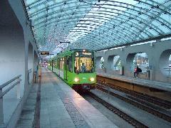 Kezdetben Budapesten is szó volt a magasperonok telepítéséről és a TW-k akadálymentes közlekedési képességének kihasználásáról - de a BKV nem épített végül magasperonokat. (forrás: Németh Zoltán Gábor)