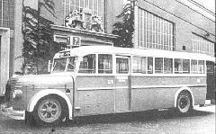 """A háború előtti legismertebb autóbusz, a MÁVAG """"Harcsa"""" a Szent Domonkos utcai (később Récsei) garázsban.  (forrás: Mihálffy László: Budapesti busztörténet)"""