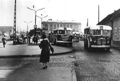 NIK TR5-ös és IKARUS 60-as autóbuszok az Óbuda, Miklós utca végállomáson az 50-es évek végén.