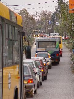 Budakeszi felől buszsáv híján a tömegközlekedés egyáltalán nem versenyképes: a buszok ugyanabban a dugóban állnak, mint az autók., Fő utca, Budakeszi (forrás: Vitézy Dávid)