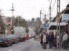 A projekt keretében középen vezetett buszsáv létesült volna ezen a szakaszon, középperonokkal., Fő utca, Budakeszi (forrás: Vitézy Dávid)