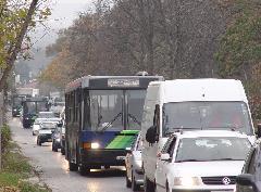 Nem csak az utasoknak, a közlekedési vállalatoknak sem előnyös, hogy a reggeli csúcsban a buszaik a torlódásban araszolnak., Fő utca, Budakeszi (forrás: Vitézy Dávid)