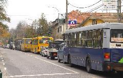 A buszsáv a reggeli torlódások legkritikusabb szakaszán, a Temető utca és a városhatár között létesült volna az eredeti tervek szerint., Fő utca, Budakeszi (forrás: Vitézy Dávid)
