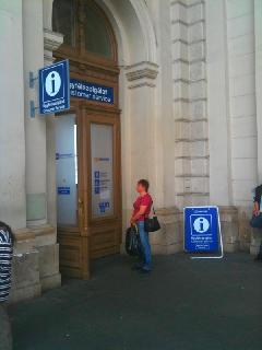 A Keleti pályaudvar csarnokában nem találtunk semmilyen tájékoztatót: sem a pénztárnál, sem az ügyfélszolgálat környékén. (forrás: VEKE)
