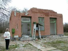 Az Egyed-rábacsanaki épület bontása a 14-es, Pápa-Csorna vasútvonalon (forrás: Dobrocsi Ferenc)