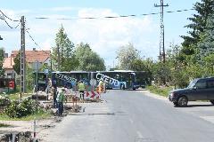 Egy nem várt akadály a XVII. kerületi Naplás úton. A sofőr először ült ebben a buszban és először járt a környéken, mégis gond nélkül megoldotta a helyzetet. (forrás: Gégény András)