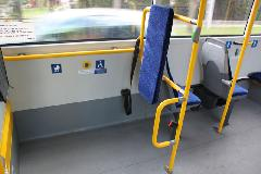 Az Ikarus V187 beltere a második ajtóval szemben. A két plusz ülést és a fölös kapaszkodót ki kell venni, a kerekesszékes helyet pedig előbbre vinni. (forrás: Gégény András)