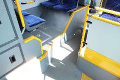 Az Ikarus V187 motorsátor előtti ülései. Mínusz két ülőhely. Szűk az utasfolyosó, különösen a jobb oldalon zavaró a belógó dobogó. (forrás: Gégény András)
