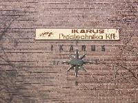 Az Ikarus mementóként megmaradt régi logoja a gyártelep egyik épületének falán, Ikarus Mátyásföldi telepe, XVI. ker. Margit u., Budapest (forrás: Juhász György)