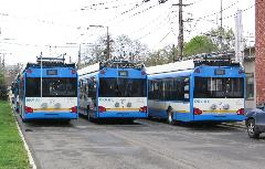 A debreceni Ganz-Solaris trolibuszok hátulról. Jól megfigyelhető a dízeles (középső) és a hagyományos kocsik eltérő szedőlehúzó- és rögzítő szerkezete. , DKV telephely, Salétrom utca, Debrecen (forrás: Hajtó Bálint)