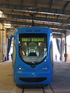 Az új horvát alacsonypadlós villamos szemből, Konèar gyár, gyártócsarnok, Zágráb (forrás: Dra¾en Bijeliè)